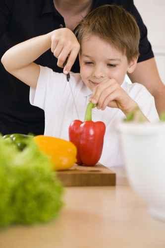 Préparez le repas avec vos enfants, ils mangeront plus de légumes !